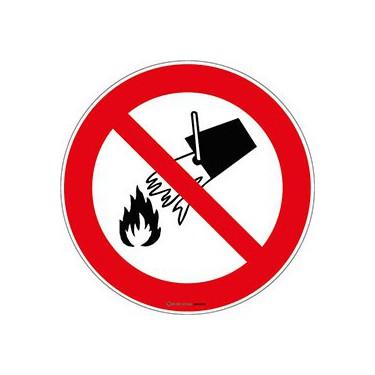 Panneau Interdiction d'éteindre avec de l'eau ISO 7010 P011