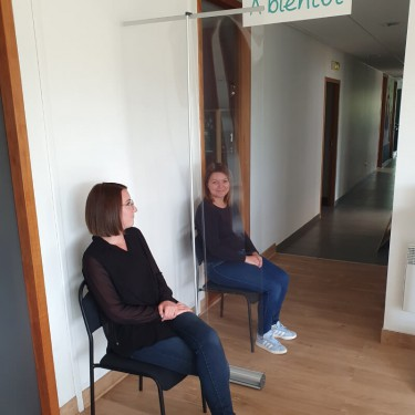 Enrouleur de protection transparent en salle d'attente